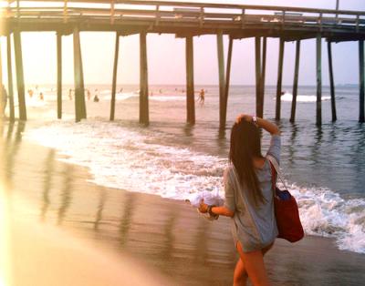 Dépêchez-vous de vivre, dépêchez-vous d'aimer. Nous croyons toujours avoir le temps, mais ce n'est pas vrai. Un jour nous prenons conscience que nous avons franchi le point de non-retour, ce moment où l'on ne peut plus revenir en arrière. Ce moment où l'on se rend compte qu'on a laissé passer sa chance ..