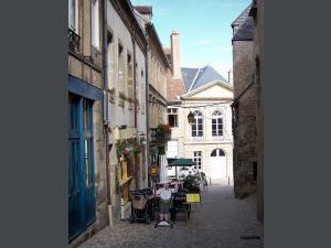 maisons de la vielle ville et terrasse de restaurant -AUTUN