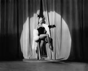 Voici une danseuse de CABARET