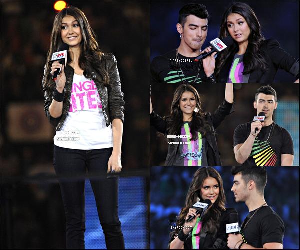 . 27/09/11: Nina était présente au « WeDayEvents » où elle était présentatrice aux côtés de Joe Jonas à Toronto.    .