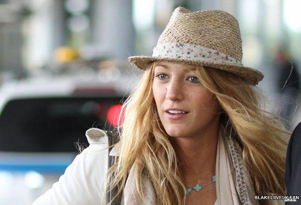 10.09 - Blake a été aperçue, alors qu'elle se trouvait à l'aéroport de Toronto au Canada, où elle est arrivée pour la promotion de The Town