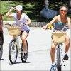 . Le 19 Juillet, Vanessa a fini son tournage, elle est donc rentrée chez elle  - Stella profite de sa soeur, elles se baladent en vélo.   .