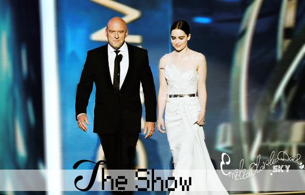 - EVENT: 22.09.13 _______________________________Emmy awards 2013 Comme prévu depuis des mois, Emilia était enfin présente à la cérémonie des Emmy's hier soir !  La cérémonie des Emmy vise à récompenser les séries télévisées, et est comparé à l'équivalence des Oscars de la télévision.  GOT y était nominé 16 fois, avec de prestigieuses nominations, mais c'est avec regret que tous les acteurs et la série repartent bredouille; au final, sur 16 nomination, ils n'auront récolté 2 prix, et pas ceux escomptés. On pourra tout de même se consoler avec la magnifique robe blanche d'Emilia signée Donna Karan Atelier, son maquillage assorti et son chignon très simple; TOP ! Elle a aussi présenté un prix, comme prévu, durant la cérémonie.