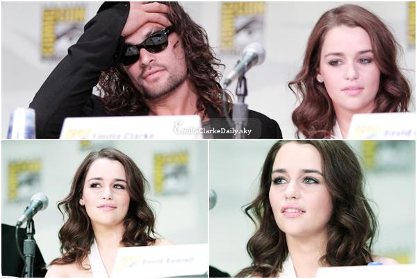 - FLASHBACK : 21.07.11_____________________'Game Of Thrones' Comic Con PanelPour promouvoir la première saison de GOT, Emilia était présente à l'incontournable Comic Con, en compagnie du cast principal. Voici le premier Panel de GOT, juste après la diffusion de la saison 1; comme d'habitude, Emilia était sublime, avec une tenue impécable de la tête aux pieds. Petite robe blanche parfaite pour l'été, cheveux détachés bouclés et maquillage assorti, sans faute pour la miss, qui est juste magnifique ! Retrouvez ci-dessous les photos de la conférence de presse, puis de la séance de dédicaces et l'after de ce premier panel.