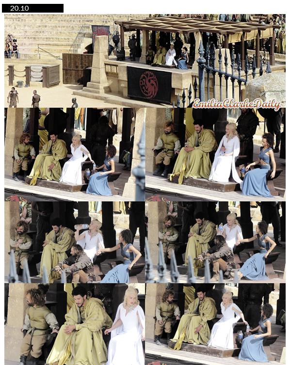 - TOURNAGE : 20.10.14_____________________Set of Game of Thrones Season 5 in Spain Enfin des news ! Hier, Emilia et la troupe de Game of Thrones a été photographié en Espagne sur le tournage de la Saison 5 ! Les photos sont certes en MQ mais on peut enfin avoir un vrai aperçu de Dany ... Et elle a l'air juste divine ! Coup de coeur pour sa robe blanche !