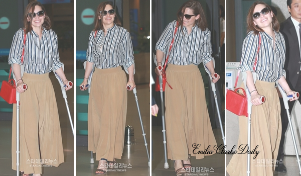 - CANDIDS : 30.06.15 ________________________________________ LAX Airport La promotion américaine du film étant terminée, Emilia a fait cap sur l'Asie pour continuer de promouvoir le film. La belle a été vu sur le départ à l'aéroport 'LAX' de Los Angeles pour un vol direction Séoul (Corée du Sud). Miss Clarke portait une tenue un peu désordonnée que je n'affectionne pas particulièrement mais elle reste toujours aussi souriante. Qu'en pensez-vous?