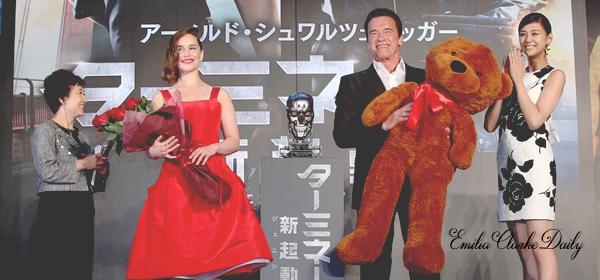 - EVENT : 06.07.15 ________________________________________ 'Terminator Genisys' Avant-Première Après Séoul, c'est au pays du soleil levant que Miss Clarke et Arnold Schwarzenegger continuent leur tour de l'Asie. En effet, la belle était à Tokyo (Japon) pour l'avant première du film. Pour l'occasion, Emilia portait une magnifique robe rouge profonde et des escarpins dorés qui tranchent bien avec la couleur de la robe. Sa mise en beauté est également superbe ! Un beau top :)