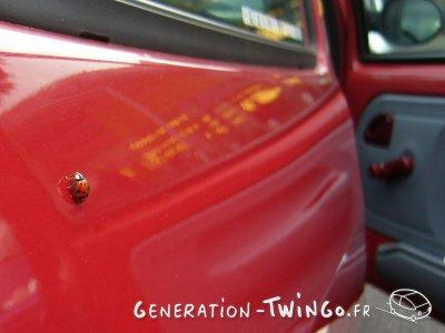 Une Twingo Rouge.