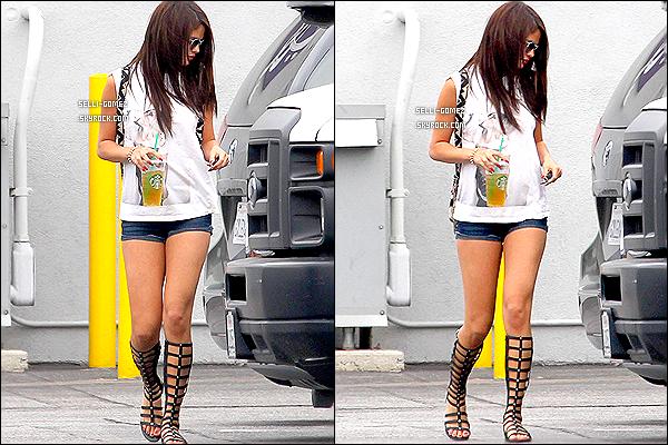 21/07/2013 : Notre Selena G a été photographié alors qu'elle quittait seule les studios à Burbank en Californie.  Sel était aussi accompagné de son verre de Starbuck. Tenue : je dirais un top , j'adore son mini-short et ses chaussures. Top ou Flop?