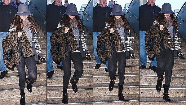 30/11/13 : La belle Selena a été aperçu alors qu'elle arrivait à LAX un aéroport situé dans la ville de Los Angeles Selena était en compagnie de sa styliste. J'aime sa grosse écharpe et son chapeau qu'elle a utilisée pour se cacher comme d'habitude !