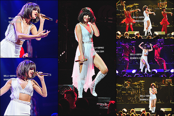 02/11/13 : Selena posait sur le tapis rouge du fameux évenement Jingle Ball par 106.1 KISS FM - à Los Angeles Selena a performée durant la soirée sur ses titres Slow Down, Birthday, B.E.A.T, Come & Get It et Undercover avec une perruque !
