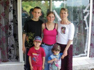 Ma maman avec ma soeur et 3 de mes petits frères. ( Manque Kévin)