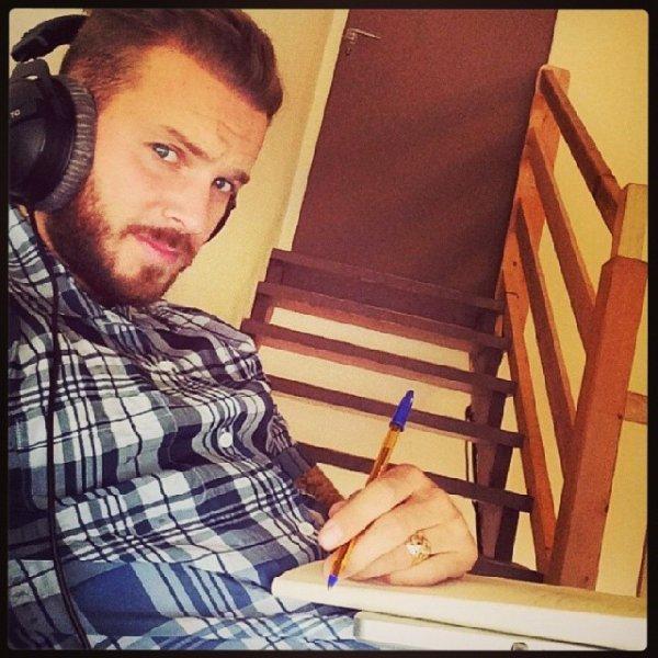 MDR matt écrire un chanson dans les escaliers ... lol originale ♥