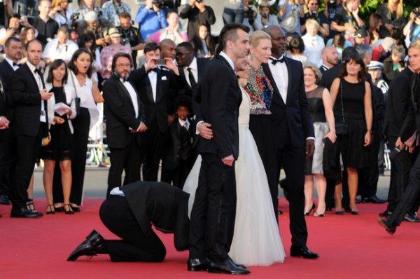 ★ Festival de Cannes ( 2014 ) ★  Un homme attaque une actrice sur le tapis rouge