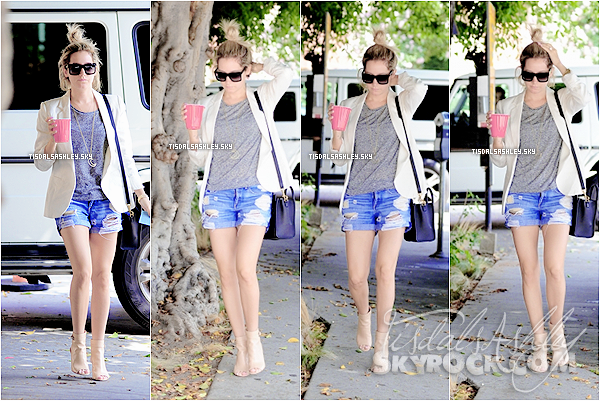 . 17.06.14 CANDIDS La blonde à été vue une nouvelle fois  arrivant/quittant le salon de coiffure Nine One Zero à West Hollywood. .