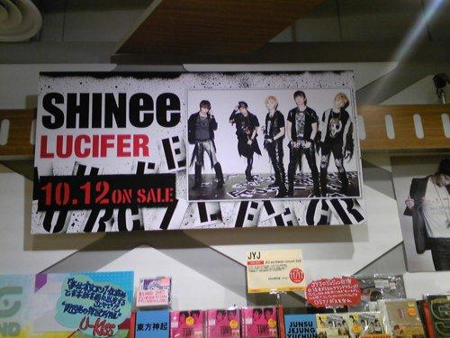 01.10.2011 Les albums de SHINee dans un magasin d'Osaka