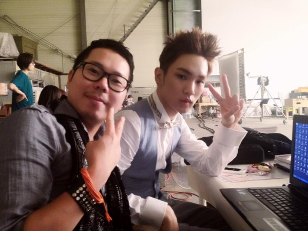 {PHOTO} 120717 | Key aux côtés d'un membre du staff de Etude House ✰彡