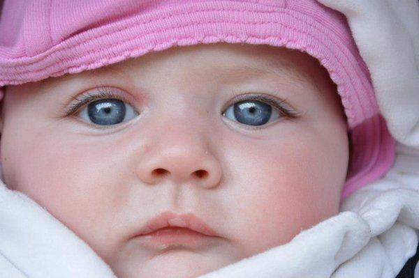 ma petite fille célia au beau yeux bleu comme son papa et son frere