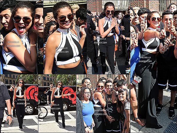 22/06/15 : Selena très souriante a été vue dans les rues de NY afin de pouvoir voir son single dans 'time square'   La jeune elle étais très excitée,heureuse pendant la journée, elle a aussi donné quelques écouteurs/casques Beats aux fans!