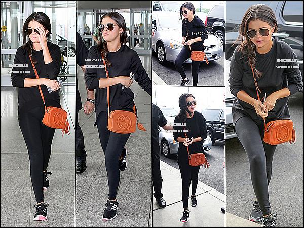 23/06/15 : Selena G.,étais vêtue toute en noir  a été aperçu arrivant à l'aéroport de JFK- à New York.