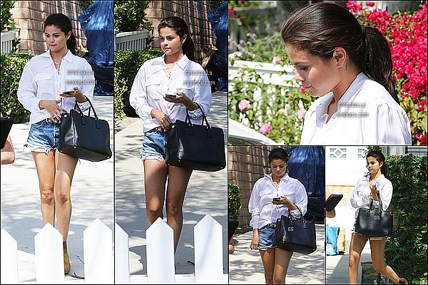 09/07/15 : Selena Gomez avec son mini short à été aperçu quittant la maison d'une amie dans - Los Angeles    Elle nous a fais une très belle combinaison, short/chemise/, un BOF pour son queue de cheval  j'aime vraiment son look TOP!