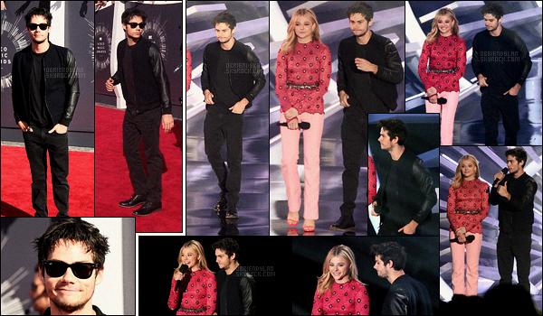 24/08/14 Dylan O'brien était présent aux « MTV Vidéo Music Awards 2014 » qui se sont tenus à Los Angeles. L'acteur a remis un prix lors de la cérémonie avec l'actrice Chloé Moretz. Côté tenue, j'aime bien sa veste bi-matière, sa tenue est top.
