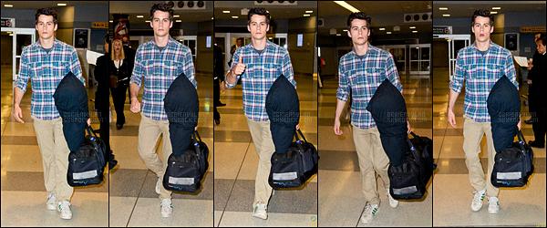 10/10/13 Dylan O'brien a été photographié arrivant à l'aéroport international JFK dans New York City, - EU. Rares sont les candids de Dylan, c'est quelque chose à célébrer ! Côté tenue, on reconnait bien son style chemise/pantalon. C'est un top !