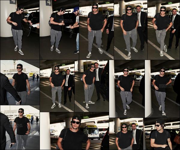 06/12/17 L'acteur américain Dylan O'brien a été aperçu à l'aéroport international de LAX situé à Los Angeles. Les candids de Dylan étant très rares, on est super content d'en avoir un! Tenue décontractée à la Dylan, rien à dire de plus, petit top !