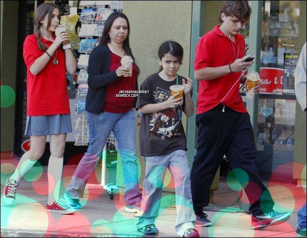 25/05/2011 Jackson's kids Les kids ont été repéré sortant d'un starbucks, Prince et Paris Toujours vétue de leur uniforme.. Blanket lui a opté pour un tee-shirt Jack Sparrow, façon légo, un fan ? Je n'en doute pas, il est magnifique, mon bébé.