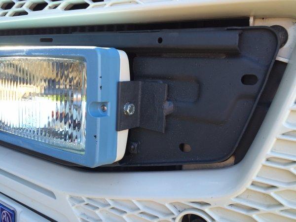 mise en place de quatre phares dans la calandre du bas
