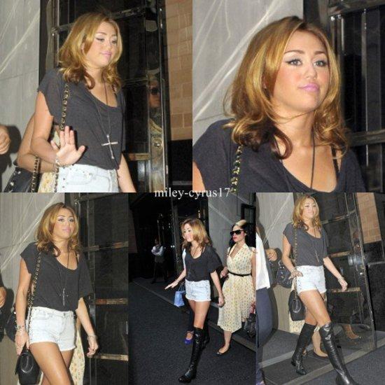 Miley sort de son hôtel à New York le 31 aout 2010. J'aime biens a tenue sauf qu'elle a mis trop de maquillage.