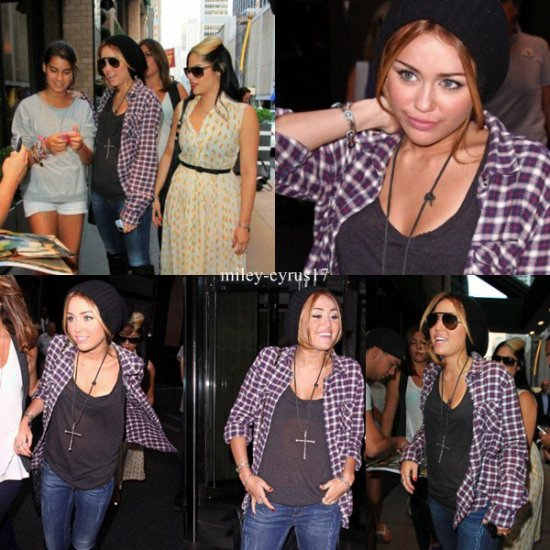 Miley sortant de son hotel encore une foisà New York le 31 aout 2010.