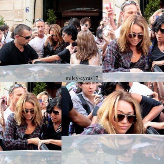 Miley sort de son hôtel à Paris le 5 septembre 2010.