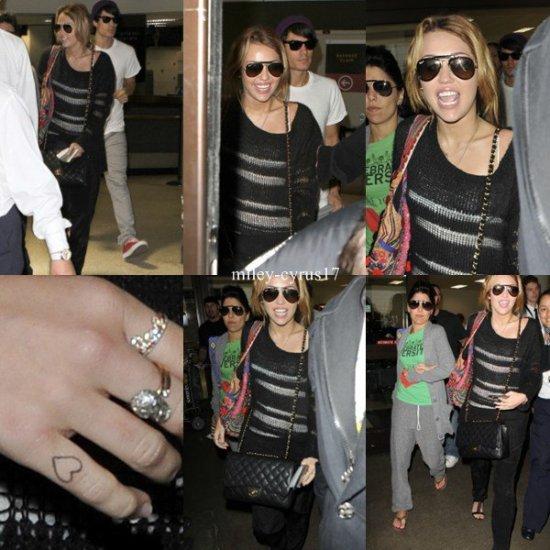 Miley à l'aéroport LAX le 8 septembre 2010.
