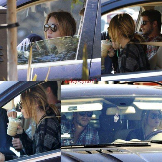 Miley et Liam sont allés se promener hier à Studio City (Californie). Liam est allé acheter leur déjeuner chez Panera Bread pendant que Miley attendait dans la voiture.