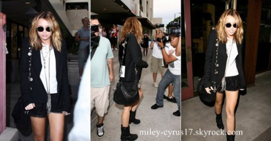 Miley quitte le Newsroom Cafe le 28 septembre 2010.