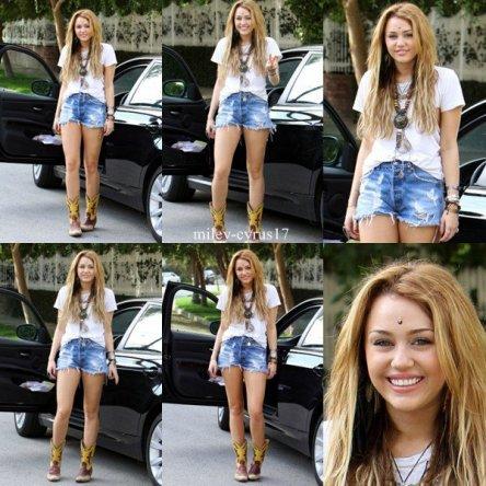 Miley Cyrus à Los Angeles le 23 octobre 2010. Notre miss est souriante mais j'aime pas ses bottes.