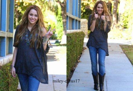 Miley sortant de chez une amie hier à Toluca Lake le 27 novembre 2010. Elle est très souriante ca fait plaisir à voir.
