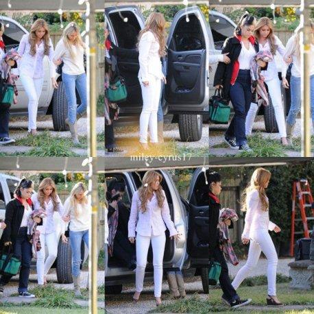 """Miley avec sa mère et sa maquilleuse sur le tournage de """"So Undercover"""" en Louisiane en Nouvelle-Orléans le 14 décembre 2010."""