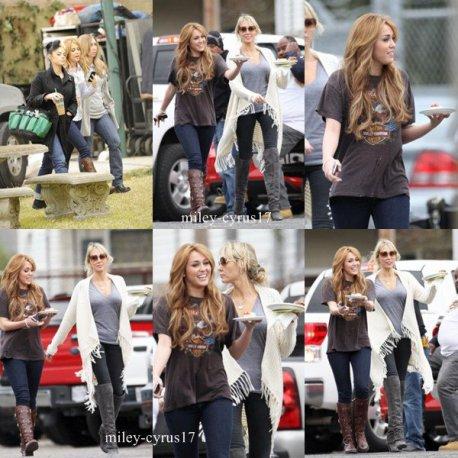 """Miley avec sa mère et sa maquilleuse sur le tournage de """"So Undercover"""" le 15 décembre 2010 icle ici !"""