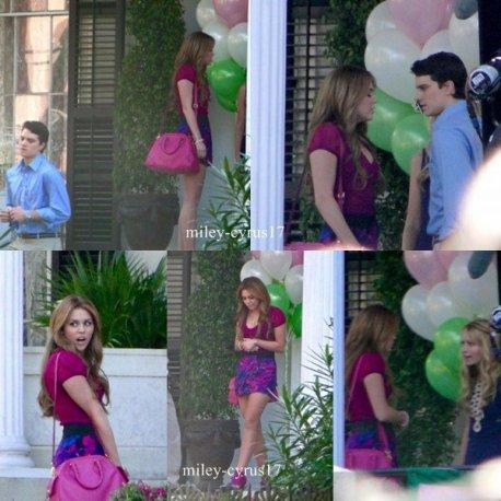 """Miley sur le premiere jour de tournage de son nouveau film """"So Undercover"""" en Louisiane en Nouvelle-Orléans le 21 décembre 2010. J'aime beaucoup sa robe et ses chaussures c'est un top. Votre avis ?"""
