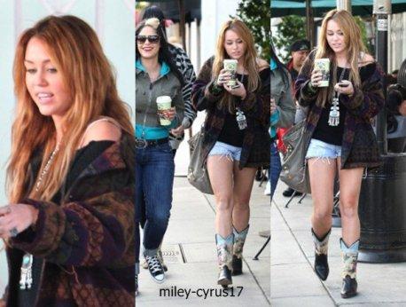 Après avoir passé Noël chez elle au Tennessee, Miley est de retour à Los Angeles pour le Nouvel An. Elle a été photographiée hier le 30 décembre 2010 dans l'Ouest Hollywood chez Urth Cafe. Miley va retourner en nouvelle-orléans pour le tournage de son film so undercover qui reprend le 3 janvier 2010.