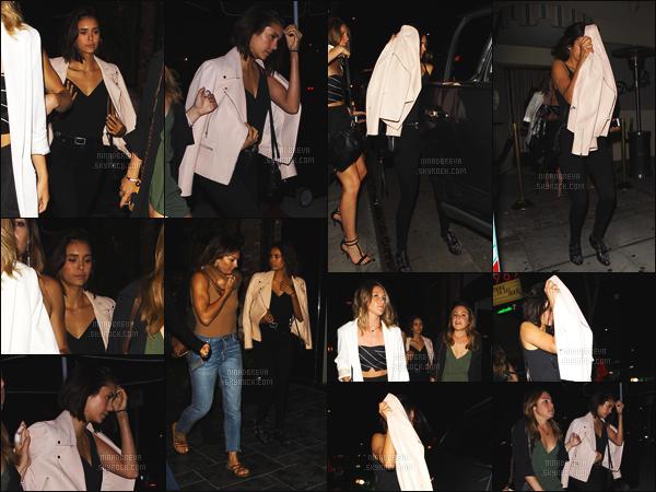 29/06/2017: L'actrice Nina Dobrev a été photographiée avec des amis dans les rues de Los Angeles. - (CA) Malheuresement il n'y a pas beaucoup de photos ... Nina a l'air fatigué. Concernant sa tenue, je la trouve très bien - c'est un TOP ou un FLOP ?