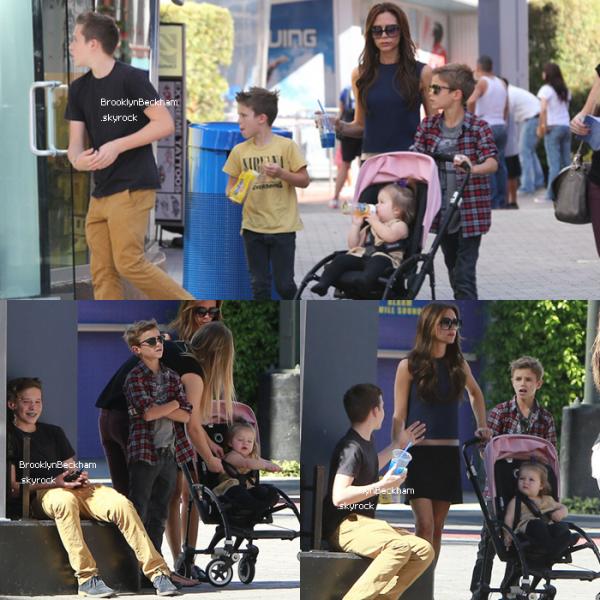 Le 4 Novembre 2012, Victoria BeckhamemmèneBrooklyn, Romeo, Cruz et Harper à l'Universal City en Californie.
