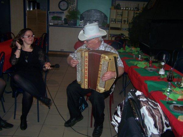 Le reste de la soirée se termine par une douceur d'accordéon et en discothèque!!