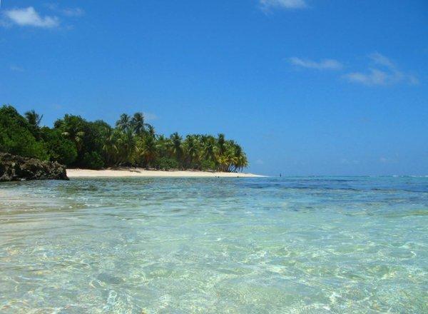 Il s'agit d'une plage de sable blanc aux eaux limpides.