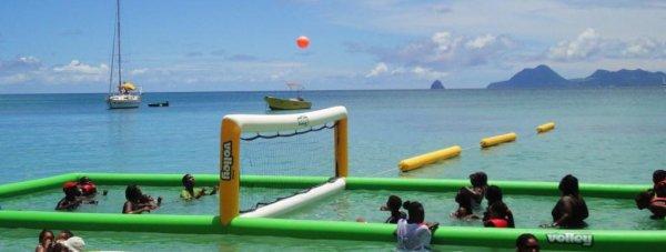 Vous venez en groupe? Entre amis ou en famille, ou encore en club, en association ou en comité d'entreprise, rien de tel qu'une partie de volley ball aquatique..