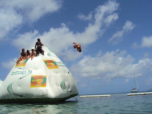 L'une des activités phares du parc aquatique.... Sensations assurées sur ce mur d'escalade flottant !