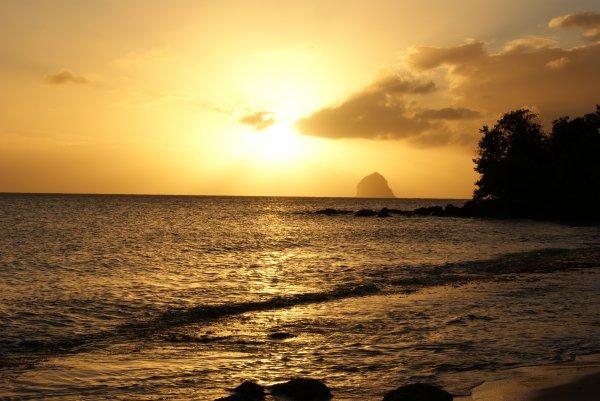 Anse Figuier Coucher Soleil  et le rocher du diamant