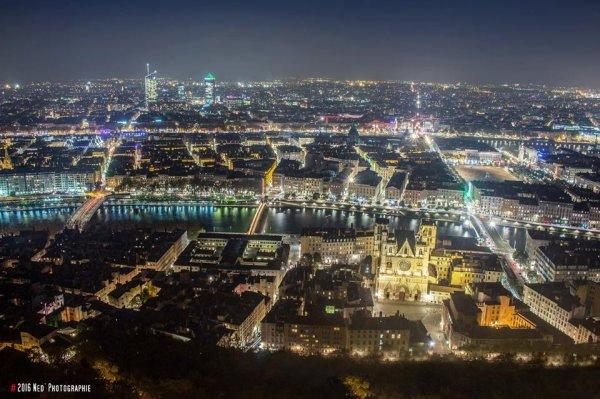 Lyon se pare de milliers de lumières à la nuit tombée, observée depuis le toit de la Basilique de Fourvière.
